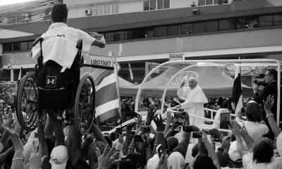 Los jóvenes chorreranos que levantaron a su amigo en silla de ruedas que recibió la bendición del papa.