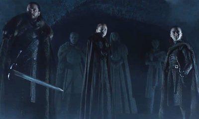Se muestra a Jon Snow, Arya y Sansa uno a uno caminando por el mausoleo de la Casa Stark en Winterfell.
